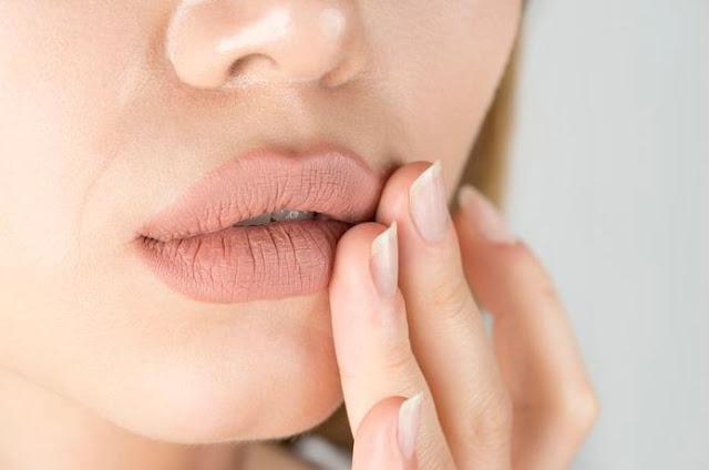 bibir gatal bibir perih bibir kering bibir hitam alergi lipstik lip balm madu jeruk