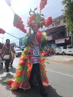 Gaun peserta yang dibuat dari kantung plastik bekas