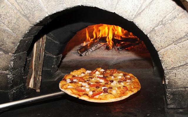 Pizza wallpaper met pizza in een steenoven