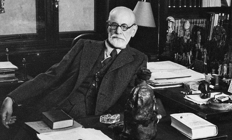Зигмунд Фрейд в кабинете