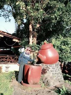 Lis Chava bersama ceret antik di Agrowisata Bhakti Alam