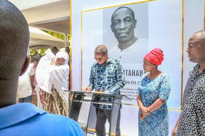 PICHA: Rais Mstaafu Jakaya Kikwete na Mke Wake Wafika Nyumbani kwa Ruge Mutahaba Kutoa Pole na kuwafariji wafiwa.