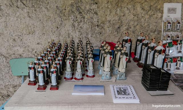 Lembranças religiosas vendidas durante a Festa de São Gonçalo, Amarante, Portugal