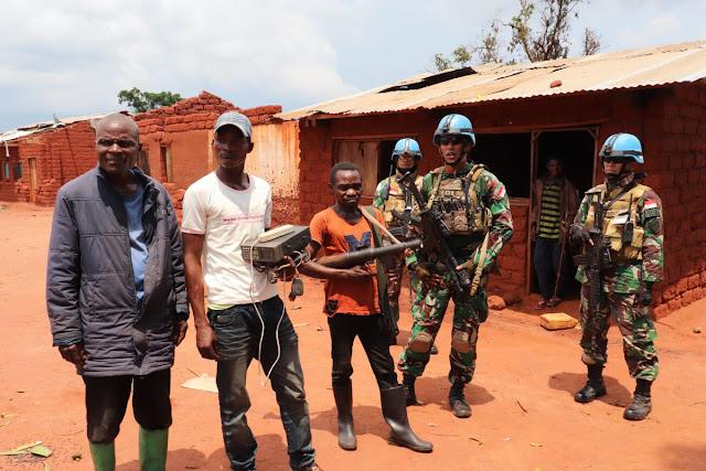 Ex-Combatant Kongo Kembali Serahkan Senjata dan Radio ke Satgas TNI