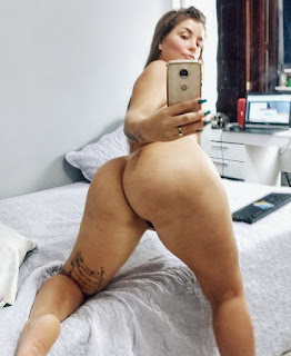 Morenaça CamGirl peladinha exibindo sua bunda e seus peitões deliciosos