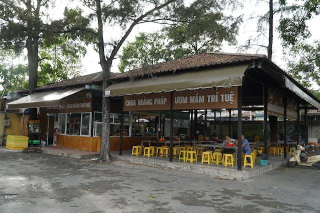Ngoài đồ ăn miễn phí, thì chùa cũng có quán ăn riêng để thêm thu nhập cho chùa