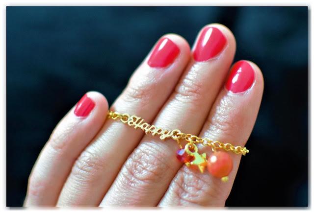 main présentant bracelet happy doré