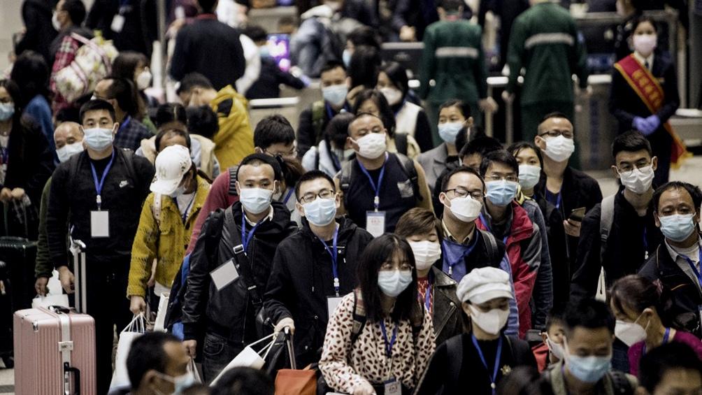 VIDEOS: Miles de chinos abandonan Wuhan tras el levantamiento de la cuarentena
