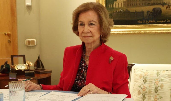 The Reina Sofía School of Music is a private music school founded in 1991. The Queen wore a red blazer