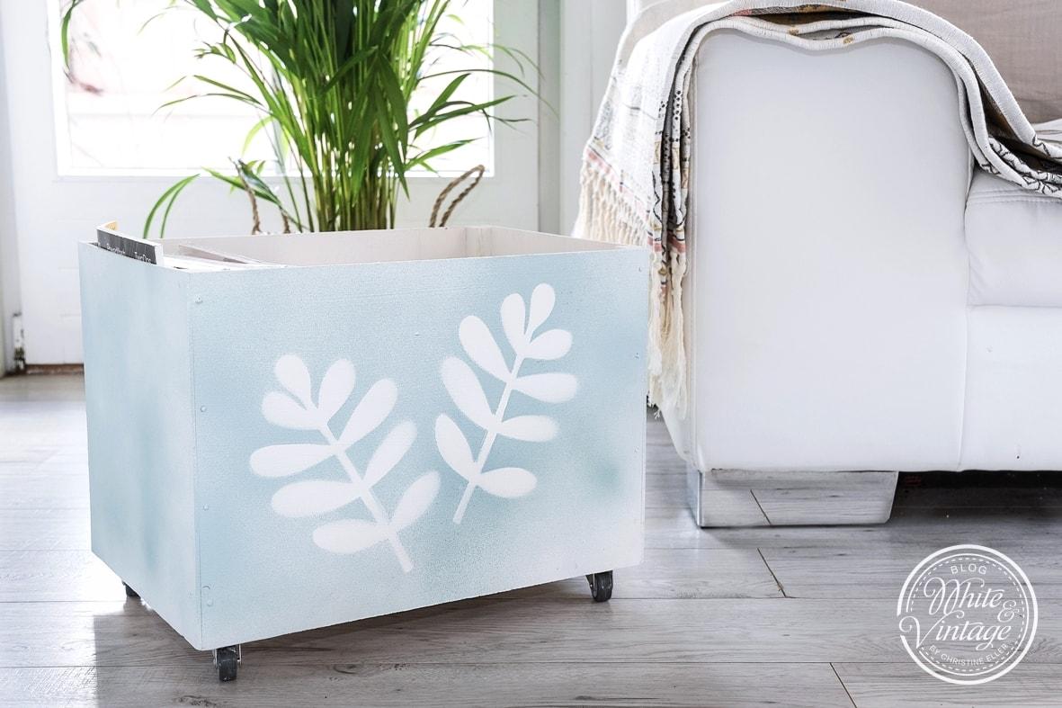 DIY Holzkiste auf Rädern für Zeitungen und Blumen selber machen