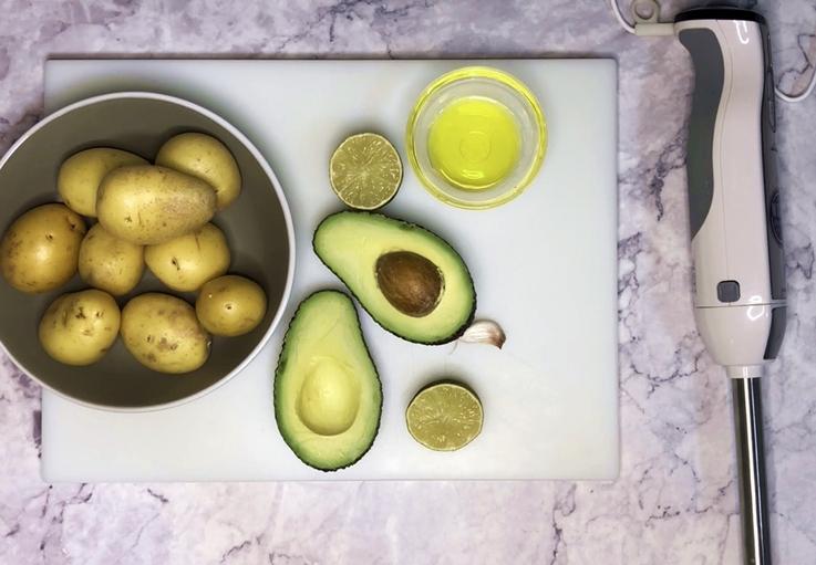 Patatas con alioli de aguacate y lima