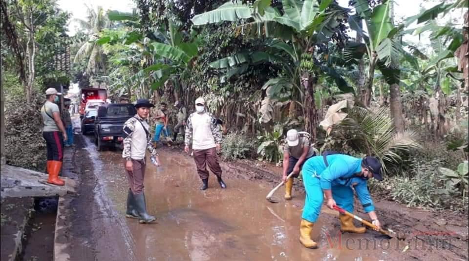 OPD Lumajang Bantu Bersihkan Lumpur di Jalan Pasca Banjir