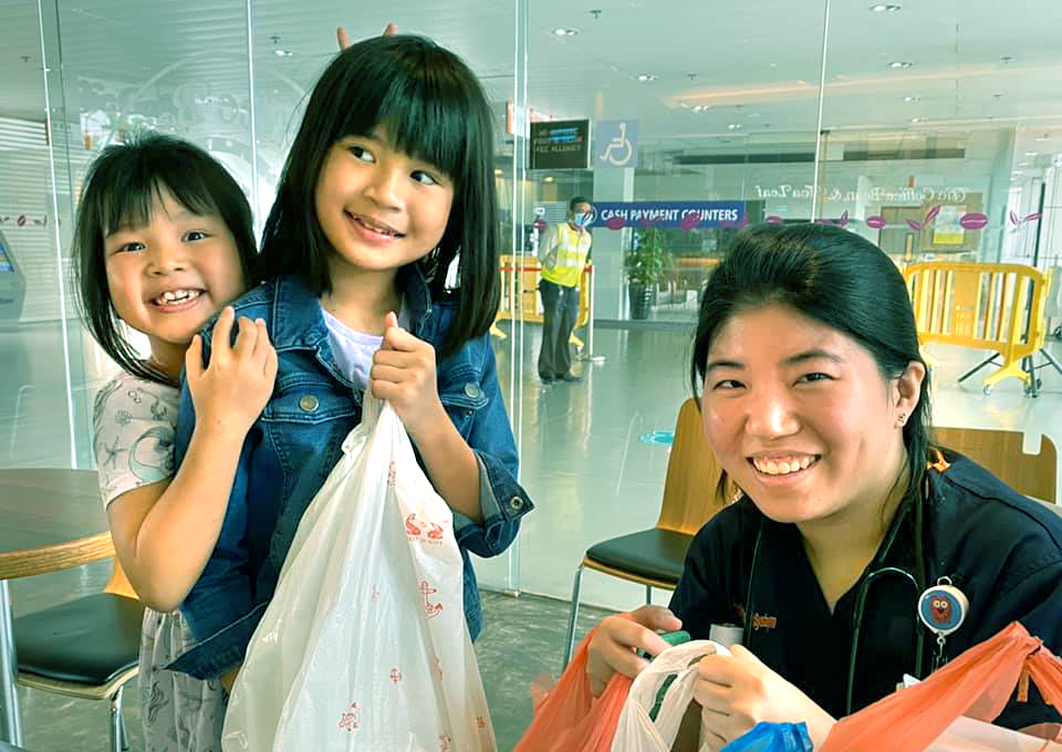 Amidst depressing reports of grocery hoarding and discrimination against healthcare workers, one Singapore dad and his two young daughters are showcasing that kindness still exists.