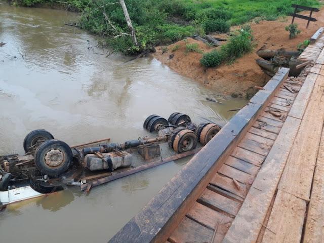 Caminhão cai em rio e durante travessia de ponte e motorista morre afogado