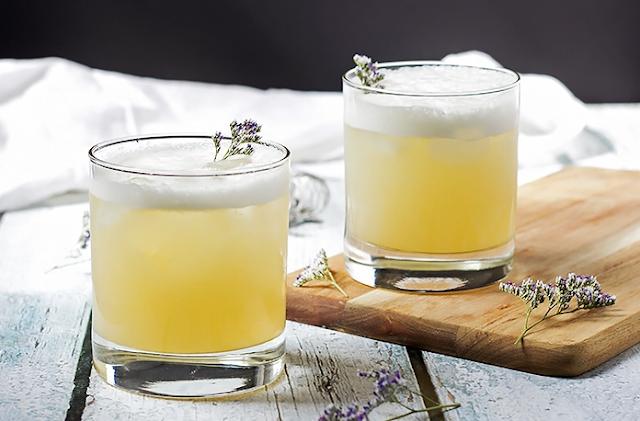Elderflower, Peach and Lavender Gin Sour #drink #cocktails