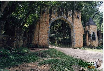 Pórtico de pedra, com pedra moledo, na entrada de sítio em Atibaia-SP.