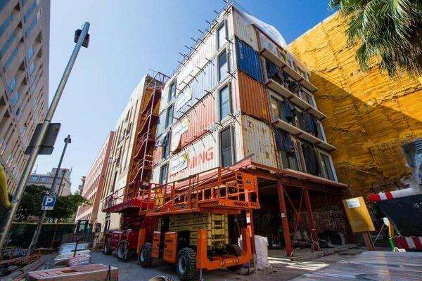 Для малоимущих семей построили дом из контейнеров для морских перевозок. И вот как это выглядит внутри