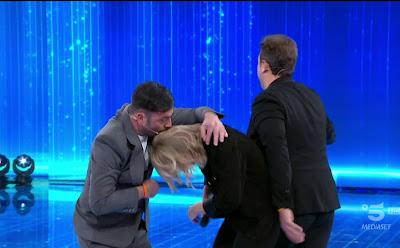 pio e Amedeo bacia in testa a Maria de Filippi amici 20 marzo