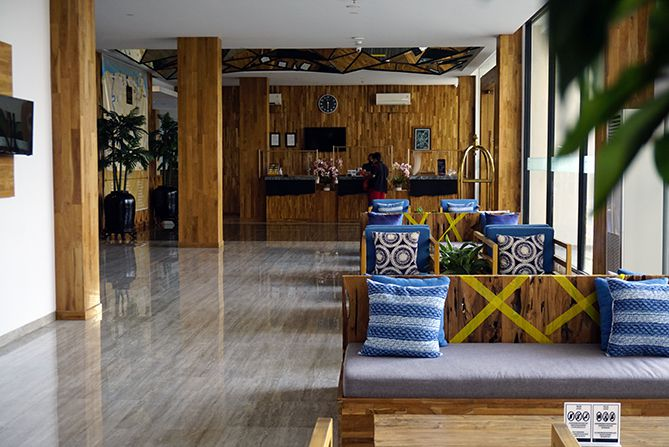 Lobi hotel Pollos Hotel and Gallery didominasi kursi dan sofa