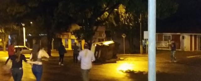 Roncador: Veículo tomba no cruzamento da Av. São Pedro