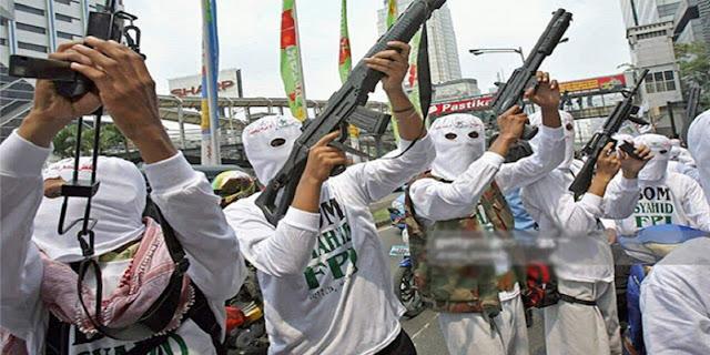 Beredar Foto Orang Berbaju FPI Menenteng Senjata Laras Panjang, Ini Penjelasannya