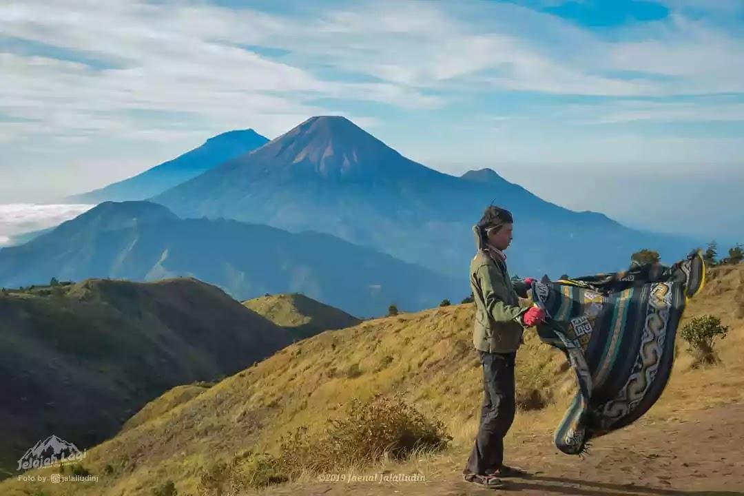 Pendaki di puncak Gunung Prau