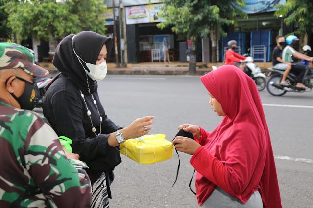 Bakti Sosial, Persit KCK XVIII Dim 0703/Cilacap Bagi Ratusan Masker dan Nasi Kotak