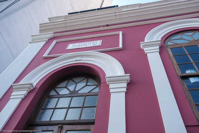 """Casa na Rua Alfredo Bufren - detalhe da placa onde está escrito """"Smanhotto 1892"""""""