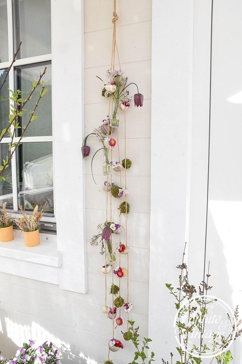 Windspiel aus Schneckenhäuser und Blumen basteln.