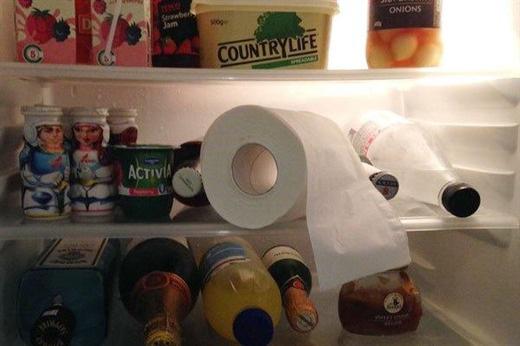 Giấy vệ sinh để trong tủ lạnh