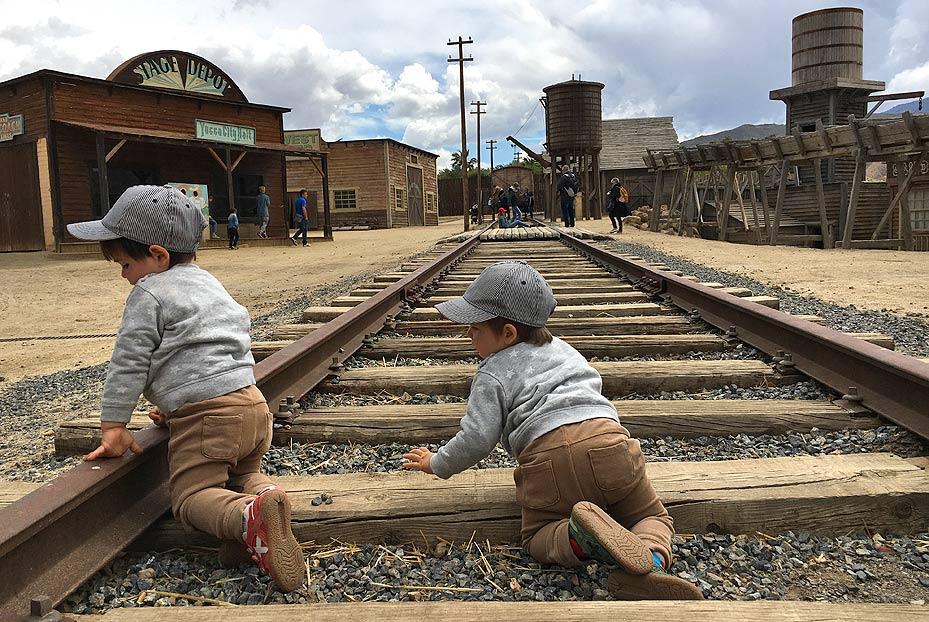 Niños jugando en la vía del tren