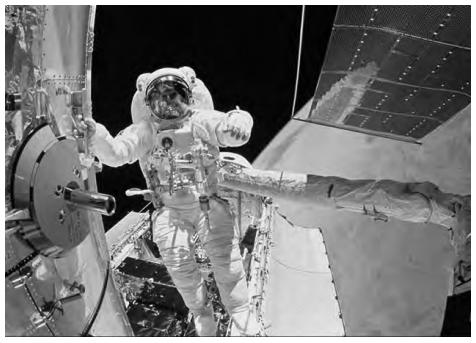 """Dois astronautas saíram da Atlantis e se dirigiram ao telescópio. Ao abrir a porta de acesso, um deles exclamou: """"Esse telescópio tem a massa grande, mas o peso é pequeno."""""""