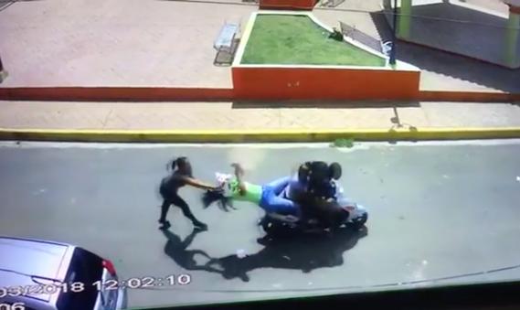 Video: Tuvo hijo con jevo de otra; la tumbó de motor, le lanzó pupú y la abimbó