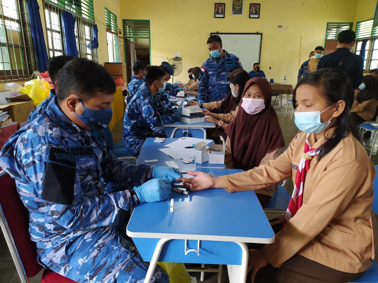 Danlanud RSA Meninjau Pelaksanaan Rapid Test Antibody Massal Gratis di SMP Negeri 1 Ranai