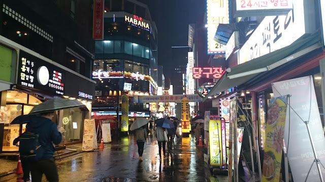 Seoul - Stadtzentrum am Abend bei Regen