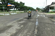 Jalan Pantura Rusak, Pengendara Motor Terjungkal