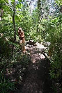esculturas en el bosque
