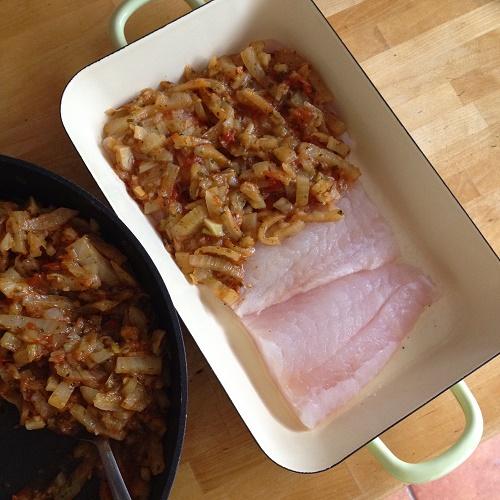 Fischfilet mit Fenchel-Tomaten-Haube aus dem Backofen