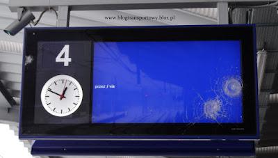 Uszkodzony wyświetlacz peronowy na stacji Katowice