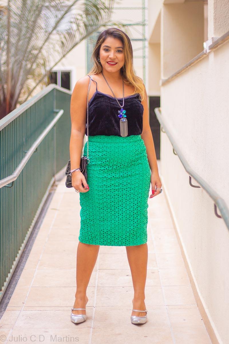Look do dia: saia midi verde e blusa azul de veludo
