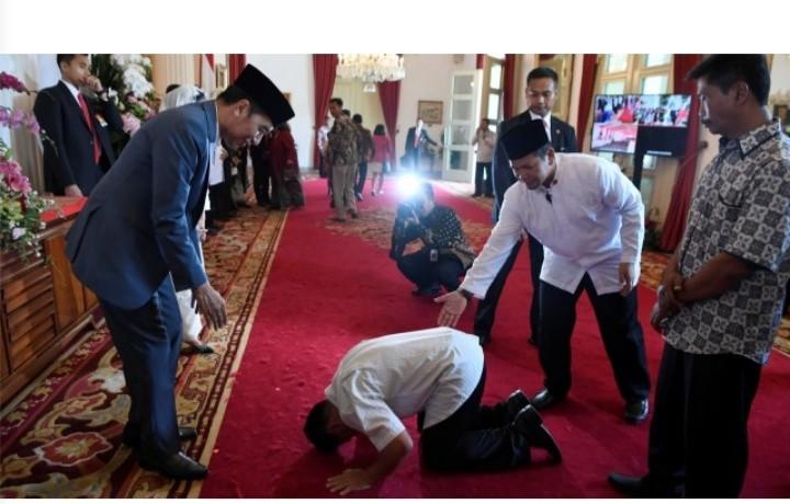Astaghfirullah... Warga Tak Dikenal Lakukan Ini Saat Open House dengan Presiden Jokowi