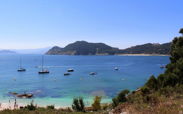 Playa de Nosa Señora frente a la isla de S. Martiño