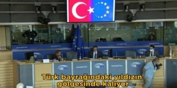Ο Τσαβούσογλου εμφάνισε τη σημαία της Ε.Ε. σε ημισέλινο