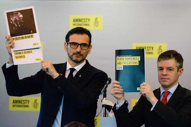 Nicholas Bequelin (esq) de Amnesty International e James Lynch, vice diretor do Programa de Assuntos Globais, apresentam o relatório