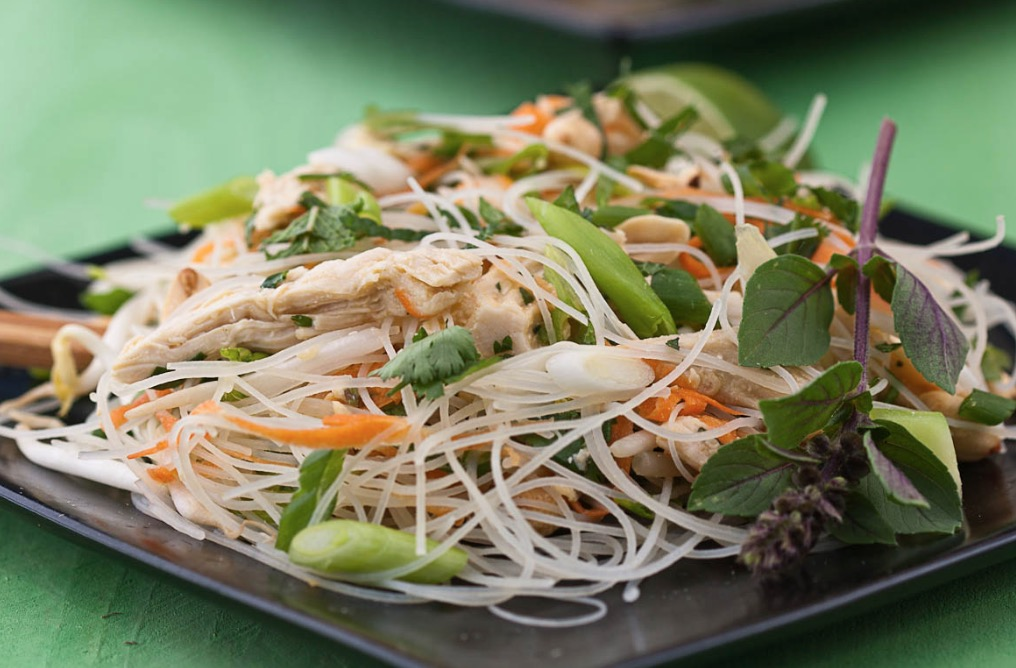 Media hora para cocinar ensalada oriental con fideos de for Cocinar fideos de arroz