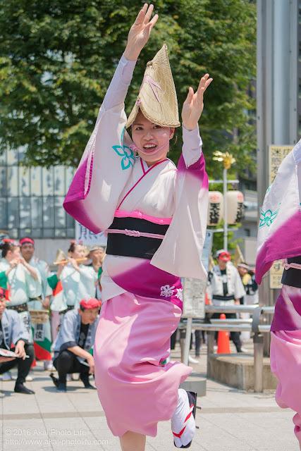 高円寺北口広場、阿波踊り、江戸歌舞伎連の舞台踊り、女踊りの写真
