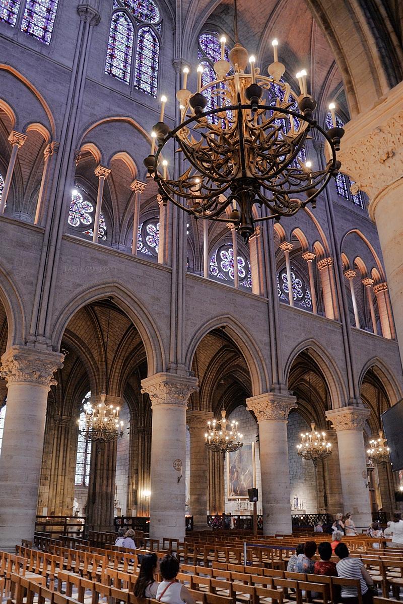 Notre Dame, Paris, von innen: Gothische Kathedrale mit Kronleuchtern