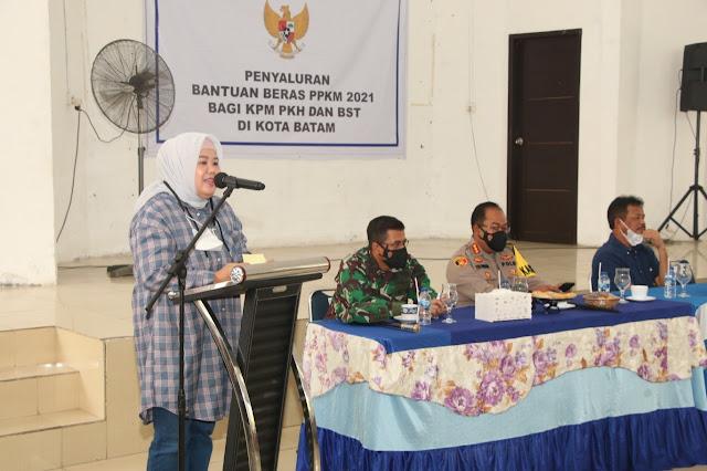 Wagub Kepri bersama Kapolresta Barelang dan Forkopimda Batam Distribusikan Bansos PPKM Level 4