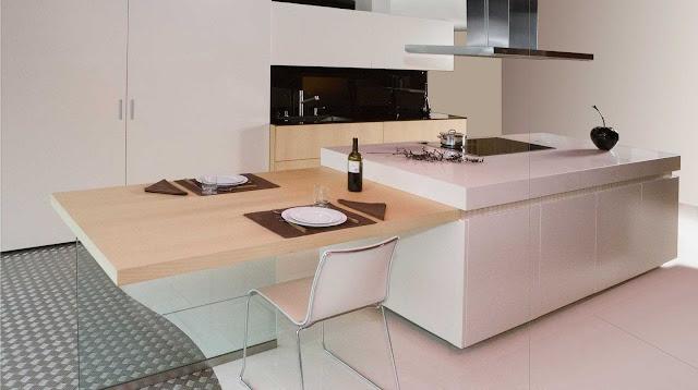 Cuisine moderne et design blanche sans poignées avec espace repas en bois suspendu
