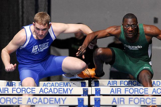 un  atleta de raza blanco compitiendo contra un atleta de raza negra